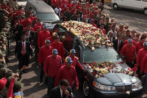 Los venezolanos despidieron a Hugo Chávez en una multitudinaria marcha. / EFE