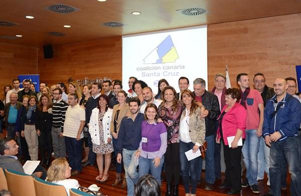 Foto de familia de la nueva ejecutiva local de CC en Santa Cruz, tras la asamblea de anoche, en la que solo hubo una candidatura. | SERGIO MÉNDEZ