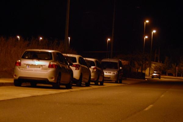 Los coches apostados en la vía de acceso al parque, estampa cotidiana durante los fines de semana.   DA