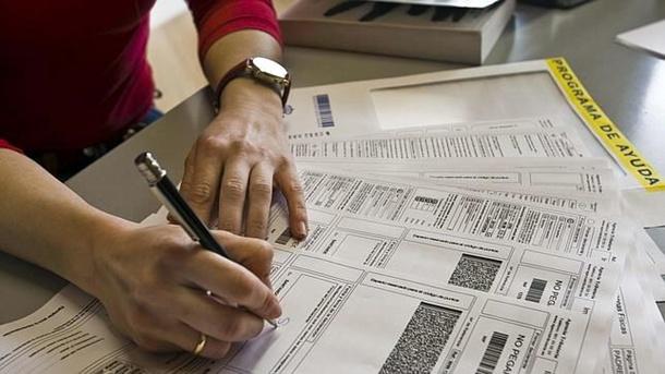 Imagen de un contribuyente haciendo su declaración del impuesto. / Da