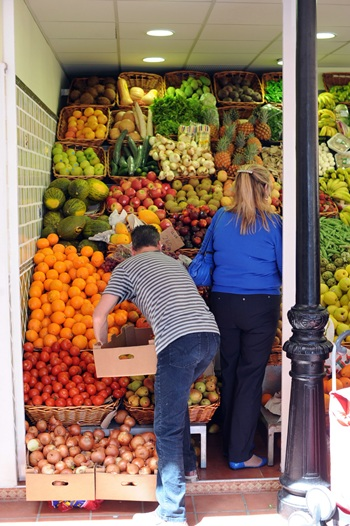 Imagen de un puesto de venta de frutas y hortalizas.   DA