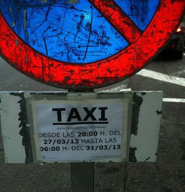 Los afectados dicen que la única señal de prohibido aparcar existente es de horario nocturno y corresponde al servicio de taxis de la discoteca. | DA