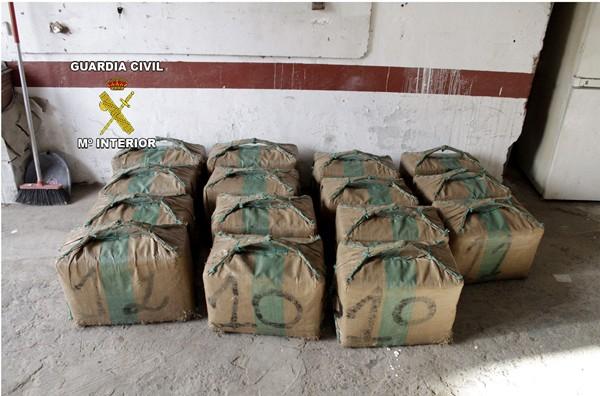 Fotografías facilitadas por la Guardia Civil de los fardos de hachís intervenidos, durante la denominada operación 'Botavara'. | EFE
