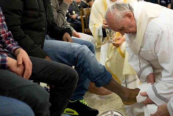 Imagen facilitada por el periódico Osservatore Romano que muestra al Papa Francisco lavando y besando los pies de los reclusos durante una Misa de la Cena del Señor del Jueves Santo oficiada en el centro de menores de Casal del Marmo en Roma.| EFE (OSSERVATORE ROMANO)