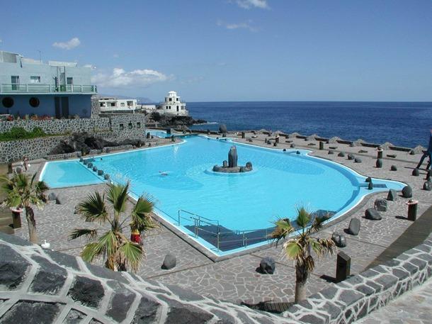 La piscina municipal es la única de la costa que está abierta y que mantiene el Ayuntamiento. / NORCHI