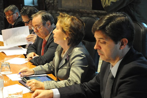 Una reunión del Consejo de Gobierno, con Javier González Ortiz y Francisca Luengo, en primer término. | DA