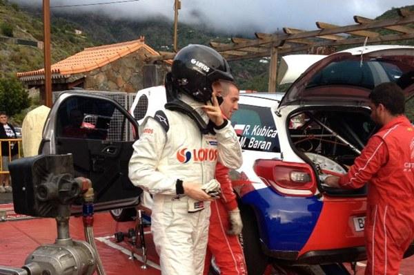 El ex piloto de Fórmula Uno, Robert Kubica junto a su equipo de mecánicos en Tejeda. / YOHA HERNÁNDEZ