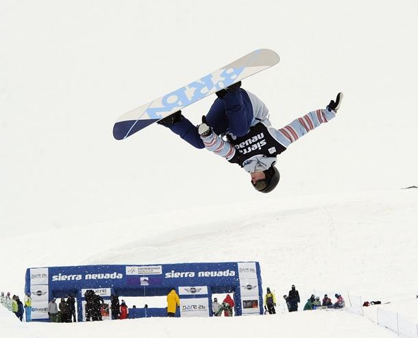 La eslovena Cilka Sadar durante la prueba de 'halfpipe' de las finales de la Copa del Mundo de 'snowboard' (tabla de nieve) disputada en la pista de la Loma de Dílar de la estación española de Sierra Nevada. | EFE