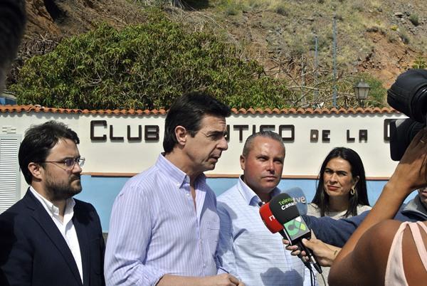 Soria,  ayer, en La Gomera, junto al secretario general del PP canario y la delegada del Gobierno. | EFE