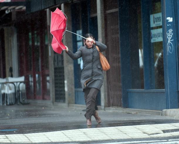Mala combinación la de lluvia y viento para los viandantes. / FRAN PALLERO