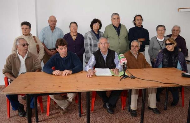 Representación de los vecinos afectados en Camino de la Villa y San Lázaro. / JAVIER GANIVET