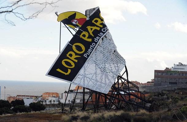 La virulencia del viento dobló esta valla publicitaria del Loro Parque en Añaza. | SERGIO MÉNDEZ
