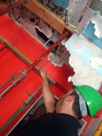 El que fuera concejal, Domingo Galván, muestra los efectos de la aluminosis en una vivienda del bloque 15. | F.P.
