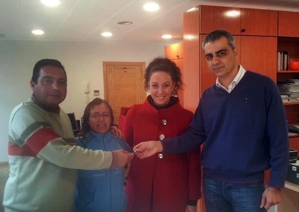 Los concejales de Granadilla entregaron las llaves de su vivienda a una de las familias beneficiadas. / DA