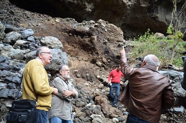 Los investigadores Navarro Mederos y Tejera Gaspar visitaron ayer el yacimiento arqueológico. Muestra de algunos restos encontrados tras el derrumbe que ocasionaron las lluvias torrenciales. | D. S.