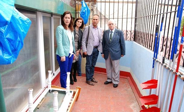 Alicia Álvarez, ayer, durante una visita al piso para personas sin hogar de Cáritas gestionado por Cruz Roja. / DA