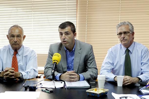 Tras el encuentro, los representantes del partido político y de la patronal ofrecieron una rueda de prensa. / EFE