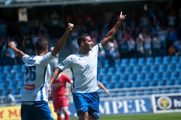 Aridane celebra el tanto logrado ante el Sporting B. | FRAN PALLERO