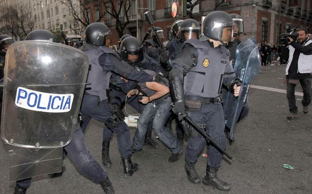 Varios momentos de la manifestación en los alrededores del COngreso. / EFE