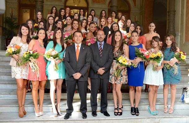 José Manuel Bermúdez y Fernando Ballesteros posan con las 37 candidatas a reina de las fiestas.   SERGIO MÉNDEZ