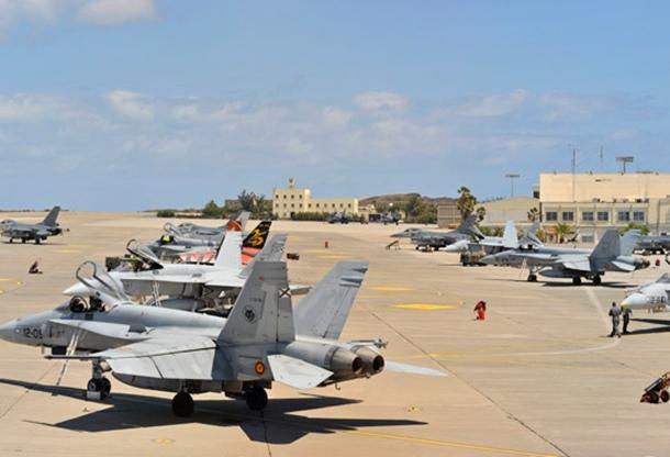 Varias aeronaves del Ejército del Aire en la plataforma de la Base Aérea de Gando. | EJÉRCITO DEL AIRE.MDE.