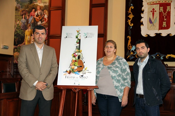 Manuel Domínguez presentó el cartel junto a la edil de Fiestas. / DA