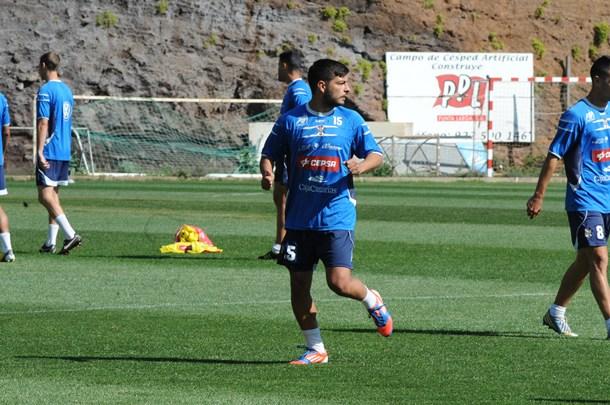 El defensor del Tenerife B, ayer en El Mundialito. / JAVIER GANIVET