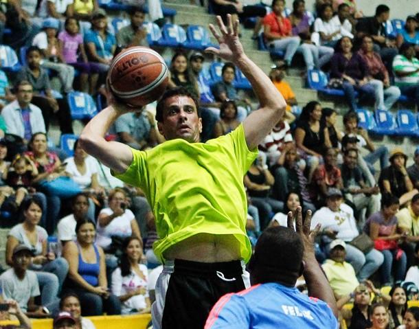 Capriles, el viernes, jugando un partido de baloncesto junto al equipo Panteras de Miranda. / EFE