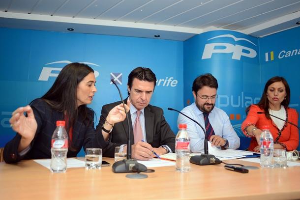 Soria, en la ejecutiva regional del PP, con María del Carmen Hernández Bento, Asier Antona y Cristina Tavío. / SERGIO MÉNDEZ