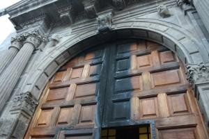 Estado en el que quedó la puerta principal de la Iglesia de El Salvador de Santa Cruz de La Palma. | D.S.