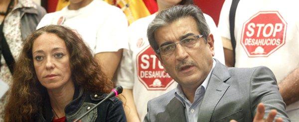 La coordinadora de la PAH en Tenerife, Inma Évora, junto al presidente de NC, Román Rodríguez. | EFE