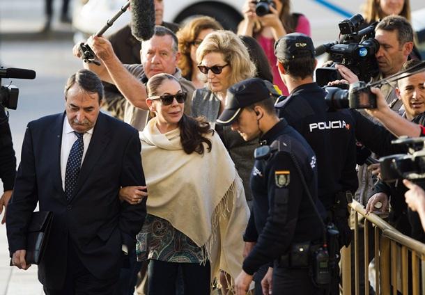 La tonadillera Isabel Pantoja, acompañada por su abogado, a su llegada a la Audiencia de Málaga para conocer la sentencia. | EFE