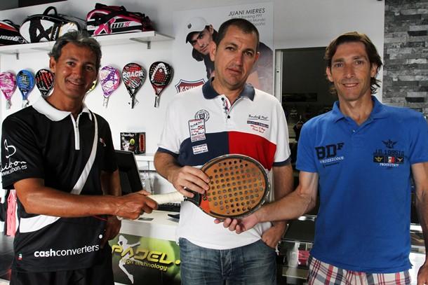 Javi Silva, Yuso Abitbol y Mariano Córdoba, con una pala histórica en la tienda Pádel 7 de Santa Cruz. / DA