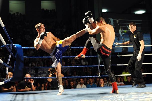 Jonay Risco lanza su patada alta en un duelo ante Rafa del Toro. / SERGIO MÉNDEZ