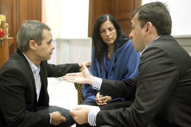 Miriam Pérez Mendoza, con el alcalde de Santa Cruz y el abogado Jairo Fernández (a la izquierda). | EFE