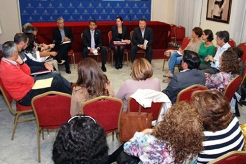 Bermúdez y Álvarez durante la reunión con los 38 representantes de los colegios de Santa Cruz de Tenerife. | DA