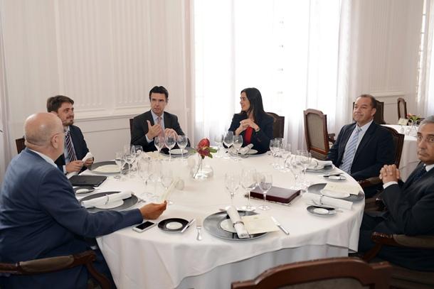 El ministro de Turismo, en encuentro de ayer con los hoteleros locales. / DA