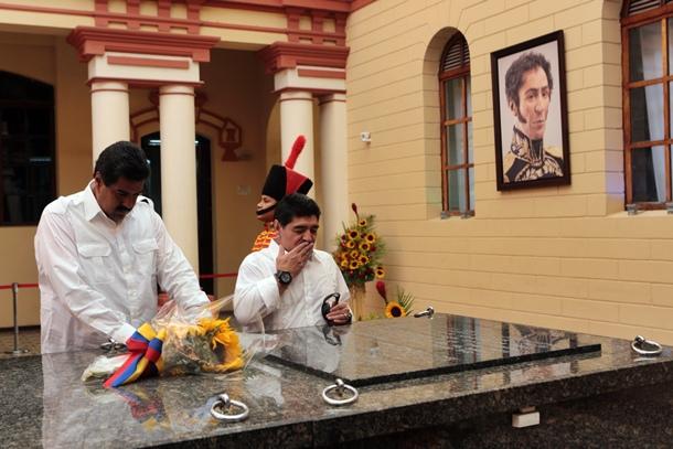 Nicolás Maduro, junto al exfutbolista Diego Maradona, el viernes, ante la tumba de Hugo Chávez. / EFE
