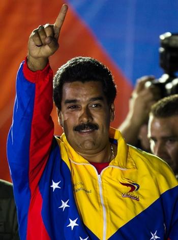 Nicolás Maduro saluda a sus seguidores tras proclamarse ganador de las elecciones. | EFE