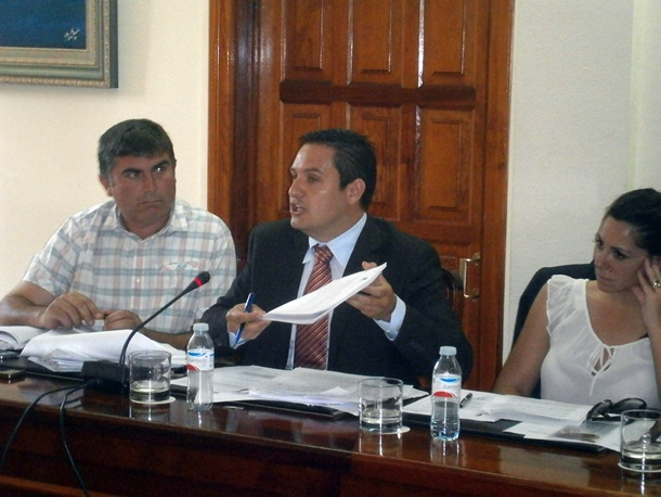 El concejal del PSOE José Julián Mena, en un momento de su intervención en el pleno municipal. | N.D.