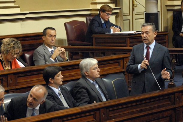 Paulino Rivero, en su intervención en el pleno de ayer para explicar sus decisiones sobre CajaCanarias. | J.C.