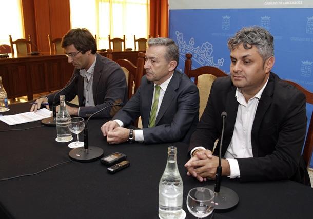 El presidente del Gobierno de Canarias, Paulino Rivero (c), y el presidente del  cabildo de Lanzarote, Pedro San Ginés (i) y el consejero de Cultura de Fuerteventura, Juan Jiménez (PSOE). | EFE