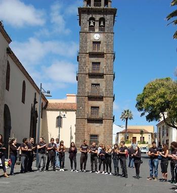 Jóvenes participantes en la candidatura lagunera, junto a la torre de la Concepción. | DA