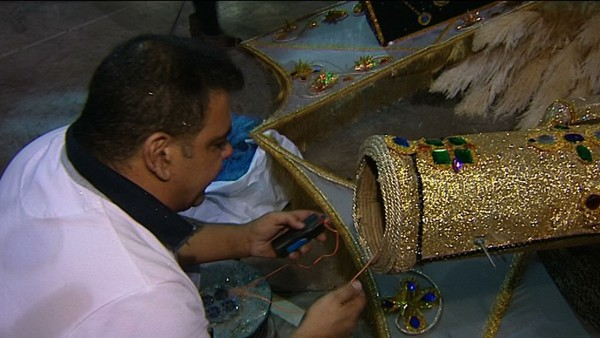 Willy Jorge manipula uno de los artefactos explosivos que acabaron hiriendo a Saida. | ANTENA 3 CANARIAS