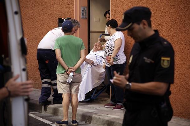 El afectado, ya en la acera de Santiago Cuadrado. / ÓSCAR MARTÍN