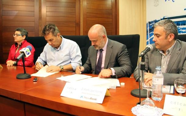 El alcalde de Adeje, ayer junto al director de Microbank, el secretario general de la UPTA y Moreira. / DA