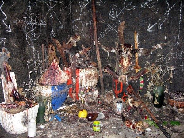 Imagen del altar, con animales muertos y restos óseos humanos, donde la imputada realizaba los rituales. | DA