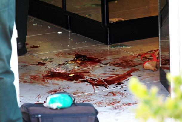 Imagen de la mancha de sangre procedente de la propietaria de la joyería. | GERARD ZENOU