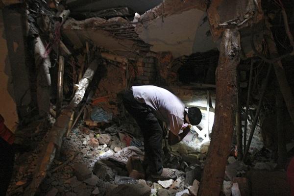 Uno voluntario de los equipos de rescate busca supervivientes. | EFE