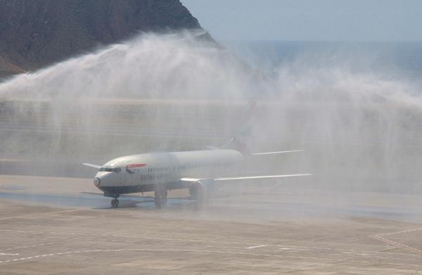 Arco de agua, a modo de bautismo, del primer vuelo directo de British Airways entre Londres y Tenerife. | DA